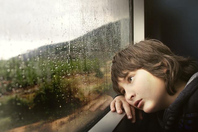 kluk ve vlaku