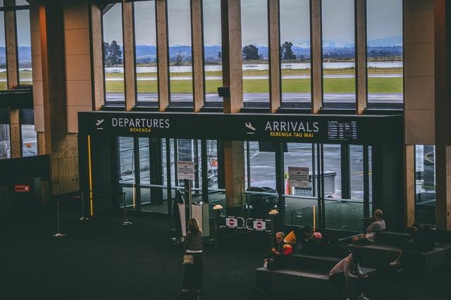 Ľudia čakajúci na letisku v prítmí
