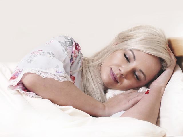 Pokojný, spánok, posteľ, žena v posteli.jpg