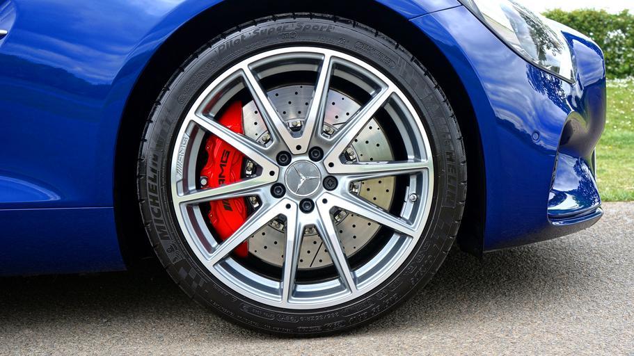 Modré auto Mercedes Benz, hliníkové disky