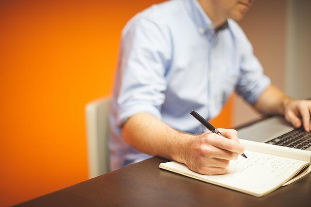 oranžová kancelář