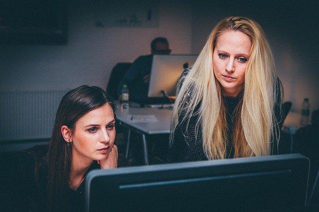 ženy sledujú počítač.jpg