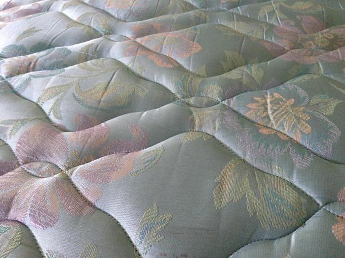 Detail na starý farebný matrac bez poťahu.jpg