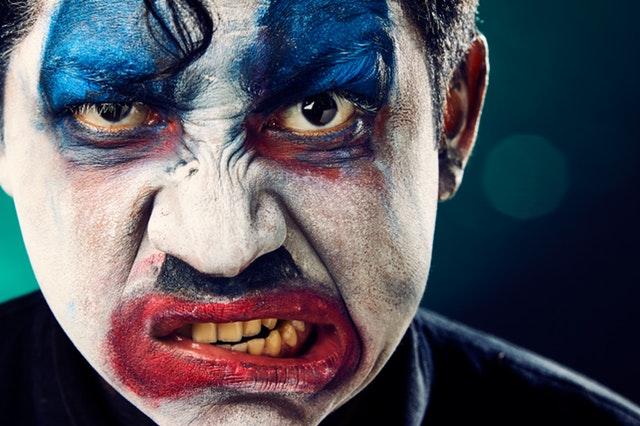 Nahnevaný muž, klaun, psychické problémy.jpg