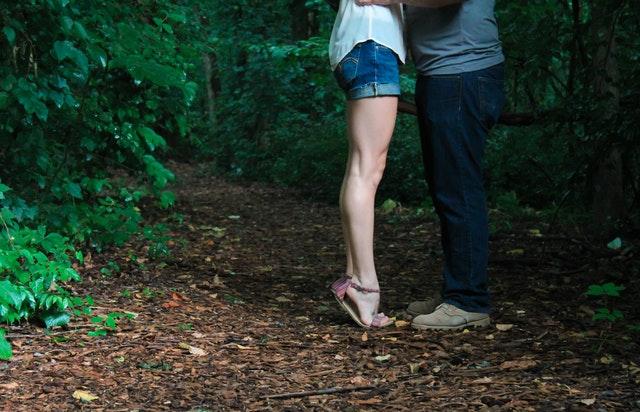 Zamilovaný pár v lese, nohy.jpg