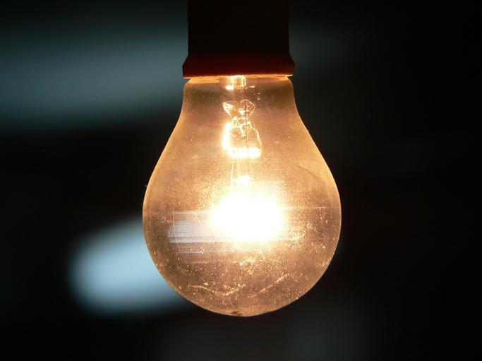 Rozsvietená visiaca žiarovka.jpg