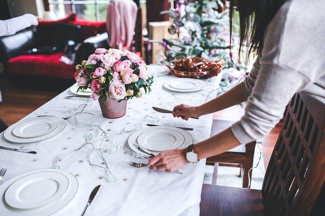 Žena pripravuje štedrovečernú večeru.jpg