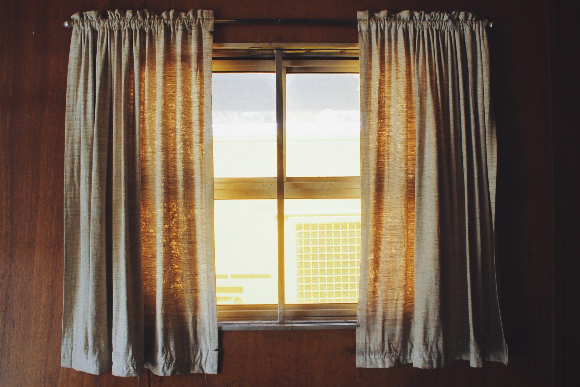 okno, závesy